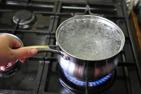 Кастрюля с кипящей водой на плите
