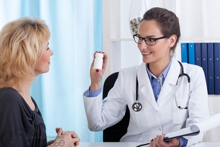 Врач демонстрирует препарат пациенту.