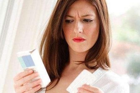 Женщина держит препарат