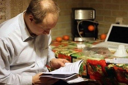 Человек читает инструкцию