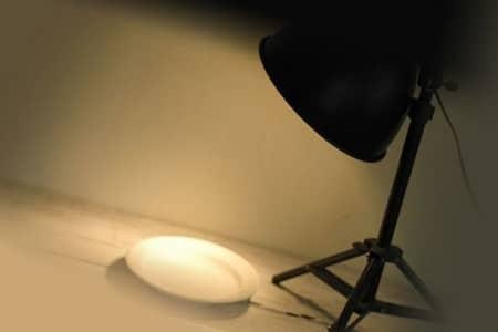 Лампа с включенным светом и тарелка