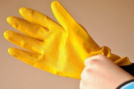 Рука в защитной перчатке