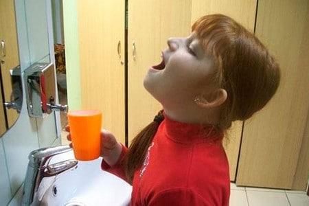 Девочка полощет горло