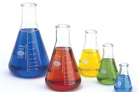 Разноцветные химические жидкости в колбах