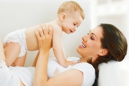 Мать держит ребенка