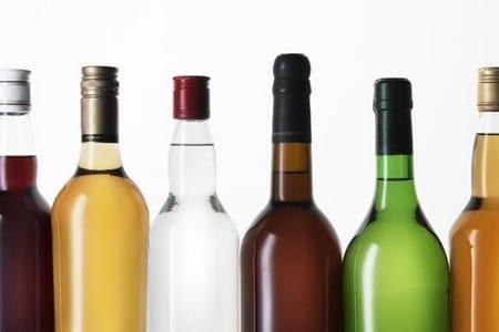 Разноцветные бутылки с алкоголем