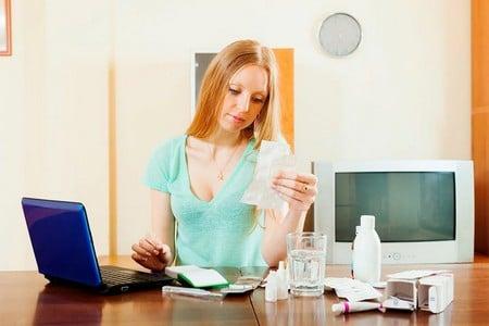 Женщина читает инструкцию за столом