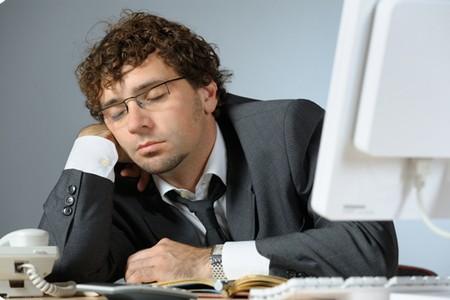 Сонный человек за столом