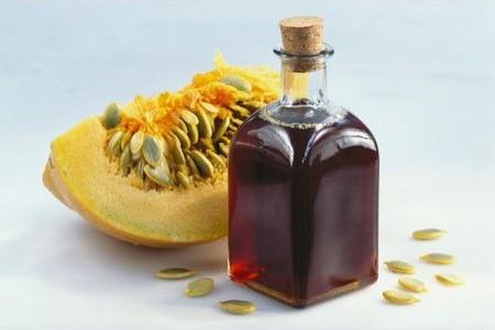 Бутылка с маслом и тыква