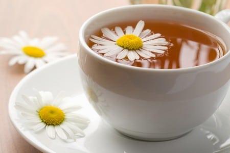 Кружка чая с ромашками