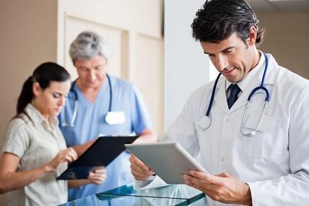 Доктор смотрит в планшет