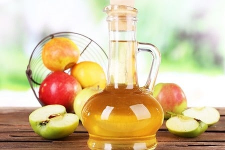 Яблока и бутылка яблочного уксуса