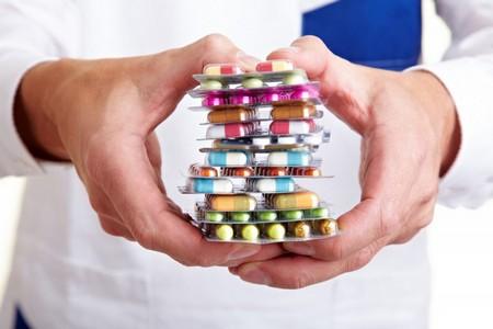 Человек держит лекарства