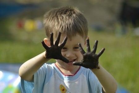 Грязные руки ребенка