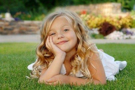 Маленькая девушка на траве