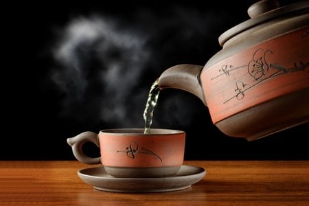 Кружка чая и чайник