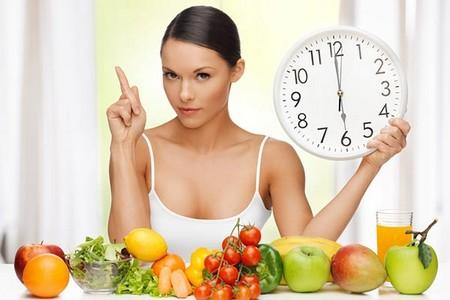 Женщина перед продуктами держит часы