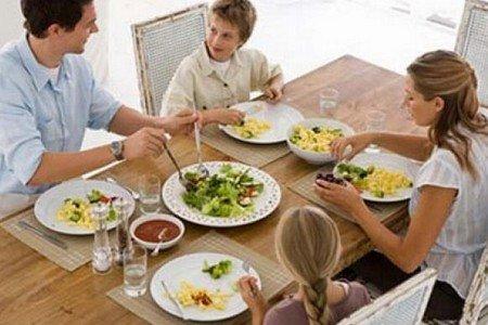 Семья кушает за столом