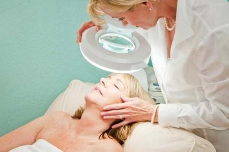 женщина дерматолог