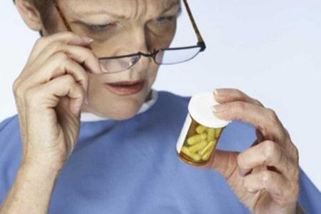 Женщина держит таблетки