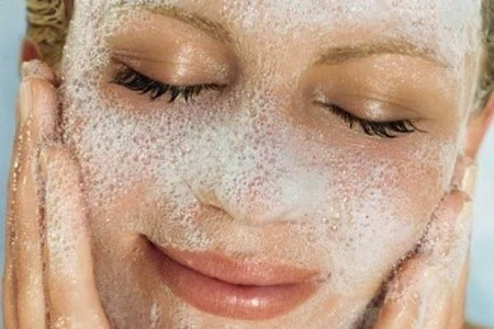 девушка намылила лицо