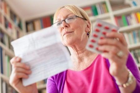 Женщина читает инструкцию препарата