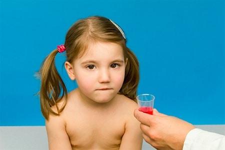 Доктор дает девочке лекарство
