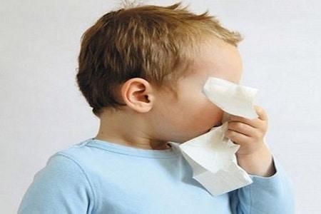 Ребенок закрывает лицо