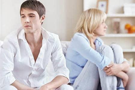 грустные мужчина и женщина на диване