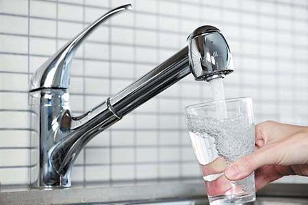 воду набирают из крана в стакан